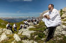 Norbert Niederkofler col suo staff tra i monti. Lo chef tristellato è il simbolo del Sudtirolo goloso, che riassumiamo in 21 indirizzi da non perdere