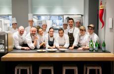 Montse Abellà e Óscar Velasco(al centro) con la brigata di Identità Golose Milano. Saranno protagonisti in via Romagnosi tre fino a sabato 28, sempre a cena, per info e prenotazioni clicca qui. Tutte le foto sono di Sonia Santagostino