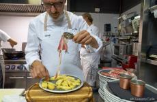 Franco Pepe e due ingredienti fondamentali per la pizza all'ananas, da sempre una bestemmia per il palato e la testa degli italiani: ananas e prosciutto crudo. Foto Luciano Furia