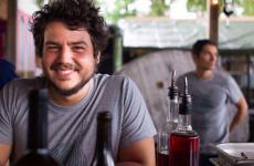 Alessandro Perricone: 30 anni, vive da 7 annia Copenhagen, dove, assieme ai suoi soci, tra cui lo chef Christian Puglisi, ha 4 ristoranti (relæ, Manfreds, Bæst e Mirabelle), una compagnia che importa e distribuisce vini dall'Italia, Francia e Spagna (Vinikultur) e una fattoria i cui prodotti diventano le materie primeper i loro ristoranti (Farm of Ideas)