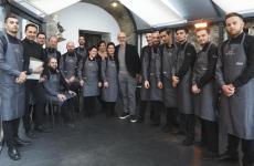 Parte della brigata della pizzeria Pepe in Grani di Caiazzo (Caserta). Si riconoscono il patronFranco Pepe (in giacca) e, alla sua sinistra, la sommelier Manuela Chiarolanza