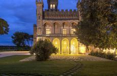Un'immagine nottura del Vinilia Wine Resort a Manduria in provincia di Taranto