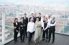 Sulla terrazza del grattacielo Intesa Sanpaolo a Torino, lo chef Marco Sacco e la barlady Cinzia Ferro insieme alla squadra di sala e accoglienza di Piano35 (Foto Michele D'Ottavio)