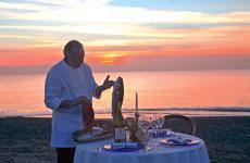 Lo chef Luciano Zazzeri, sulla spiaggia su cui affaccia il suo ristorante La Pineta