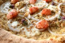 La pizza Viaggio in Sicilia studiata da Stefano Manfredi per La Cascina dei Sapori di Antonio Pappalardo, a Rezzato (Brescia)