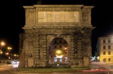 Porta Romana a Milano con, al centro, l'installazione firmataEnzo Catellani per un Fuorisalone di parecchi anni fa, era il 2006