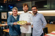Carmine Mainenti, Paolo De Simone eGiuseppe Boccia: ossia i tre soci che hanno creato DaZero, quinto anno di successi con cinque pizzerie sparse per l'Italia, sempre con il Cilento nel cuore. Hanno in mano una pizza specialePrimula Palinuri