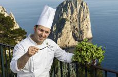 Luigi Lionetti davanti ai faraglioni di Capri. È lo chef del ristorante Le Monzù dell'hotel Punta Tragara