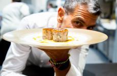 Paco Roncero a Identità Milano con la sua Royale di galletto ruspante con mole poblano e mais(tutte le foto sono di Sonia Santagostino)
