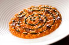 Risotto mantecato ai peperoni, prezzemolo e acciughe: il piatto dell'autunno di Igor Macchia