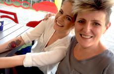 Rosita Pompili e la chef Viviana Varese, titolare di Alice, sorprese in piena estate sui tavolini sistemati sulla piazza XXV Aprile a Milano proprio davanti a Eataly Smeraldo dove lavora anche la marchigiana
