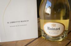 IlLibretto Bianco: un vero e proprio compendio nel quale vengono evidenziate le peculiarità diRuinart Blanc de Blancse suggeriti gli ingredienti che meglio si adattano ai suoi descrittori gusto-olfattivi