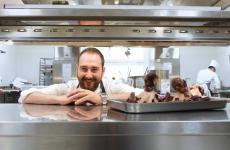 Stefano Sforza è giovane (classe 1986) ma dà già ottima prova di sé al ristorante Les Petites MadeleinesdelTurin Palace Hoteldi Torino. Il racconto d'Identità Golose(foto Tanio Liotta)