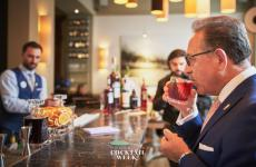 The Maestro Salvatore Calabrese degusta un Negroni alla Florence Cocktail Week