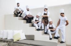 Il giovane chefDiego Battaglia, in alto a sinistra, con lo staff delThemà, ristorante del Sikelia, cinque stelle a Pantelleria