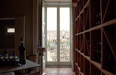 Matera sullo sfondo dalla sala di Dimora Ulmo, uno dei ristoranti più interessanti tra Basilicata e Puglia del Nord