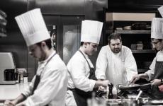 Davide Pezzuto, quello con la barba, in cucina al D.one, bella realtà ristorativa in crescita a Montepagano, Abruzzo