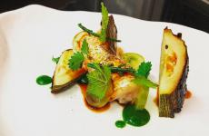 Nasello, zucchina, tandoori, uva, piatto di Simone Nardoni, chef di Essenza a Pontinia (Latina). (foto instagram)