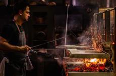 Lennox Hastie alle griglie di Firedoor, insegna di Sydney, Australia (fotofiredoor.com.au)