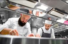 Domingo Schingaro, pugliese di Bari, chef del ristorante I Due Camini di Borgo Egnazia,una stella Michelin, cucinerà a Identità Milano da mercoledì 23a sabato 26gennaio. Menu a 75 euro vini inclusi. Per informazioni e prenotazioni, clicca qui
