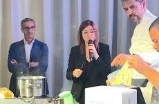 La lezione di Andrea Berton per Identità di Pasta, a Identità Golose Milano, sotto gli occhi di Riccardo Felicetti ed Eleonora Cozzella, che ha presentato il cooking show