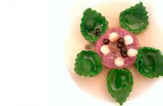 Tortellini ripieni di Pico de Chevre, perle di aceto balsamico, sedano rapa, tartare di puledro, brodo di mele rosse: piatto bello e buono, firmato da Sara Preceruti al suo Acquada trasferitosi da poco a Milano