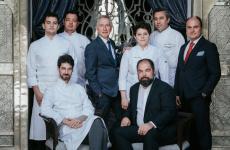 Lo staff del ristorante Sesamo del Royal Mansour di Marrakech, ultima apertura dei fratelli Alajmo. Da sinistra a destra:Mattia Barni (sous chef),Massimiliano Alajmo,Silvio Giavedoni (head chef diQuadri & Amo),Jean-Claude Messant (managing director),Vania Ghedini (chef),Raffaele Alajmo,Jér�meVideau (executive chef), Piodaniele Chimetto (restaurant manager). Ne scrive sulla nostra guidaSara Porro