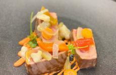 Tonno rosso con giardiniera, tuma persa e maionese al pomodoro: il piatto dell'estate di Joseph Micieli