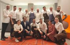 Foto di gruppo a fine cena, con gli chef protagonisti, i loro assistenti, e una parte della brigata di sala e di cucina dell'Hub