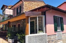 L'ingresso del locale aperto da Antonio Buono e Valentina Florio
