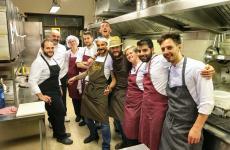 I cinque chef della serata in mezzo alla brigata del Nazionale