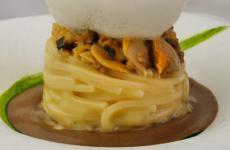 Spaghetti con vongole veraci e crema di ceci neri, la ricetta di Andrea Monesi