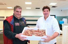 Stefano Chinappi, sulla destra, conGianni Purificato: due grandi professionisti all'asta del pesce di Formia