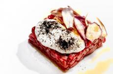 Tartare di manzo, quartirolo e scalogno, chef Simone Maurelli a Identità Golose Milano