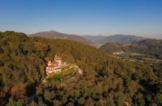 Un'immagine dall'alto dellaTenuta de l'AnnunziataaUggiate Trevano, in provincia di Como. Noi vi abbiamo assaggiato la cucina del ristorante Quercus, chef Alfio Nicolosi
