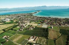 Lo splendido territorio del Lugana, a cavallo tra Lombardia e Veneto, con il lago di Garda