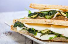 Renato Bosco è uno dei molti chef che partecipano al progetto di un ricettario dedicato ai giovani, con cui promuovere un'alimentazione sana, consapevole, bilanciata e giustamente appetitosa. Oggi anticipiamo la ricetta del toast vegetale che il pizzaiolo veneto ha pensato per l'occasione