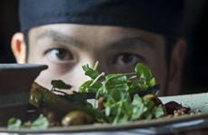 Il giapponeseUeda Satoru, che lavora con la chef Mariangela Susigan al ristorante stellato Gardenia di Caluso (Torino), nel Canavese, è il vincitore della sesta edizione del concorso The Vegetarian Chance. Foto diAndrea Battaglini