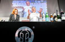 Davide Scabin, sempre avanti (anche sulla pasta). Qui sul palco di Identità di Pasta, appunto, con Eleonora Cozzella (foto Brambilla-Serrani)