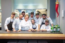Il tavolo dello chef firmato da Valcucine per l'Hub di via Romagnosi a Milano(nella foto, la cuoca toscanaValeria Piccini con il resident team di Identità Golose Milano)