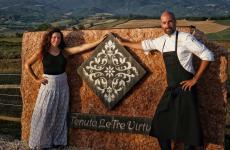 Valentina Sabatini e Antonello Sardi. La prima, col marito Christian Priami, è la patron, il secondo lo chef della Tenuta Le Tre Virtù di Scarperia, nel Mugello. Tutte le foto sono di Luca Managlia