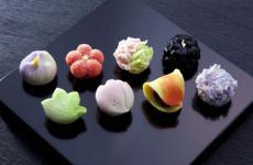 Un esempio di Wagashi, ovvero i dolci tradizionali giapponesi. Ma nella pasticceria nipponica troviamo anche gli Yogashi, che nascono invece dalle tecniche occidentali interpretate in Giappone
