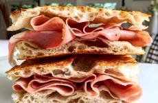Una pizza in teglia - ben farcita - realizzata seguendo le indicazioni di uno dei più talentuosi pizzaioli italiani, Luca Pezzetta di L'Osteria di Birra del Borgo a Roma, eletto Miglior chef pizzaiolo dalla Guida Identità Golose 2020