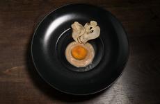 Dolce Frico diMichela Fabbro, chef delRosenbardi Gorizia. È una variazione sul tipico piatto friulano, presentata a Gusti di Frontiera 2019 e che si ricollega alla prima ricetta scritta, nel 1464,dal gastronomoMaestro Martino da Como, nelLibro de arte coquinaria. Anche lì, era un dessert. Foto Carlo Sclauzero
